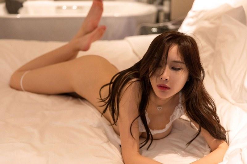 妖娆少妇周妍希镂空纱衣搔首弄姿