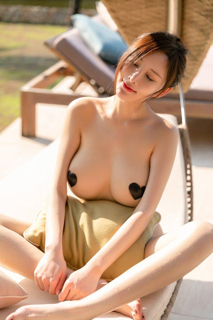 性感尤物周妍希泳池戏水豪乳乱颤